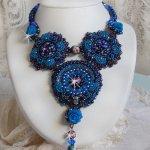 Collier  Rose Bleues Royales brodé façon baroque avec des cristaux de Swarovski