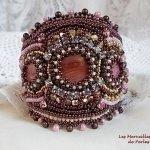 Bracelet Romance manchette brodé avec des nacres en acajou façon vintage, des perles nacrées et des rocailles