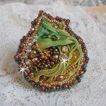 Bague Lune Vénitienne brodée avec un ruban de soie couleur caméléon, des cristaux de Swarovski, des perles diverses et des rocailles