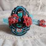 Bracelet Naïade manchette Haute-Couture brodé des cabochons en Turquoise, une dentelle rose très ancienne, des perles de gemmes : Les Corail Light et des rocailles