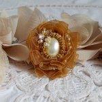 Bague Reflets de Rosée brodée avec des perles nacrées et un ruban organza de couleur Fauve
