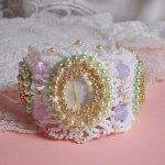 Bracelet Envolée Fleurie brodé avec des Cristaux de Swarovski, des cabochons en résine, des perles rondes nacrées et des rocailles Miyuki