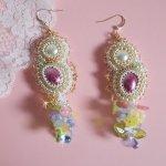 BO Envolée Fleurie brodées avec des fleurs Lucite, des cabochons en résine,des perles rondes aplaties des rocailles et des crochets d'oreilles en Gold Filled 14 carats