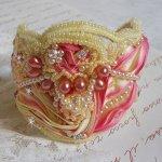 Bracelet Les Délices de L'Eté manchette Haute-Couture brodé avec un Shibori de soie jaune et Rose, des perles rondes nacrées et des rocailles