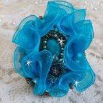 Bague Ilycia Charming avec un cabochon facetté bleu turquoise en résine et un ruban organza