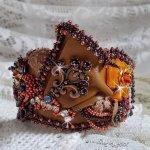 Bracelet Les Rêves d'Acapulco manchette brodé sur du cuir vachette caramel avec des Cristaux de Swarovski, des perles magiques et des rocailles