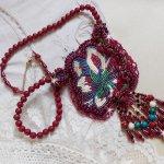 Collier Enchantement d'Automne brodé avec des perles nacrées Bordeaux, d'une dentelle, diverses perles et des rocailles