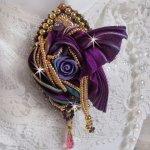 Broche La Passionnée de Venise brodée avec un ruban de soie Purple, une rose en résine mauve et des rocailles Miyuki