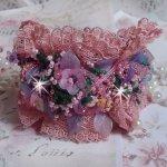 Bracelet manchette Jardin Poétique brodé avec de la dentelle Vieux Rose Antique, des cristaux de Swarovski, des accessoires en plaqué or 18 et 24 carats, de la Nacre, des perles et des rocailles