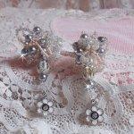 BO façon Coco avec des perles rondes nacrées grises en Cristal de Swarovski, des breloques émaillées noires et grises et des crochets d'oreilles en argent 925/1000