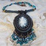 Collier pendentif Angelot brodé avec un ange en acrylique