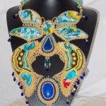 Collier plastron Papillon Or Bleu brodé avec des pierres de gemme façon Haute-Couture