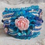 Bracelet Belle Epoque manchette Haute-Couture brodé avec des Cristaux de Swarovski, des cabochons en résine et des rocailles