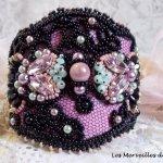 Bracelet Marquise manchette  brodé avec des Cristaux de Swarovski, une dentelle noire de 1950 très ancienne, des perles d'eau douce et des rocailles