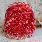 Bracelet Coralie manchette brodé avec des coraux Rouges, des Rose Light et des rocailles