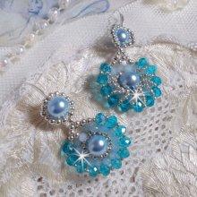 BO Ode Bleu et Argent montées avec des perles rondes nacrées, des facettes aplaties et des rocailles argentées.