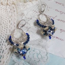 BO Lotus Flowers montées avec des Perles de Venise Bleu Capri/blanc et des connecteurs Chandeliers demi-lune