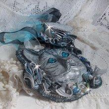 Masque Chatchou tout en Fimo brodé avec des perles de Swarovski, un ruban de soie et des rocailles