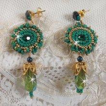 BO Charnelle brodées avec des perles rondes et cabochons de Swarovski, des gouttes facettées et des rocailles