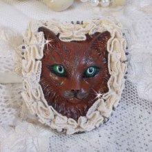 Masque Chat Rocky aux Yeux Verts tout en Fimo brodé avec un dentelle beige très fine, des perles rondes nacrées en Cristal de Swarovski, de la peinture et des rocailles