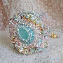 Bracelet manchette Dentelle Menthe brodé avec des Cristaux de Swarovski, verre de bohême  façon Haute-Couture