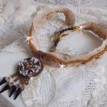 Pendentif Pampilles Amber brodé avec des Cristaux de Swarovski, des facettes Antique, des spikes noires, une estampe dorée filigranée, des rocailles et de la dentelle ancienne