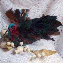 Le Colibri Thalassin crée entièrement en porcelaine, des plumes de Coq et Fantaisies, des petites rocailles