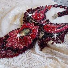 Collier Cardinal brodé de rouge et noir