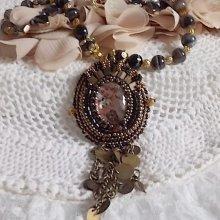 Collier pendentif Aube brodé avec un camé en résine d'un portrait de femme