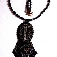 Collier pendentif Lisbonne brodé avec de magnifiques perles en onyx noir