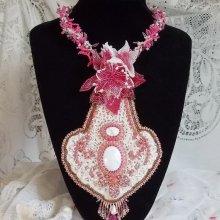 Collier plastron Lys Rose brodé avec une pierre de gemme l'Howilite blanc, rocailles, dentelle et perles diverses façon Haute-Couture