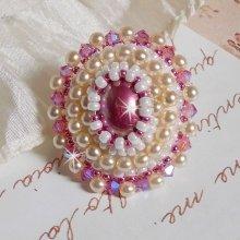Bague Valmont Victorienne avec un cabochon en résine et des perles nacrées