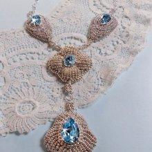 Collier Topaz Bleu avec des cristaux de Swarovski et des rocailles